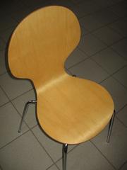 Деревянные стулья на металлических ножках