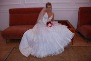 Свадебное платье,  белое с золотистой вышивкой,  р-р 46,  перчатки,  фата.